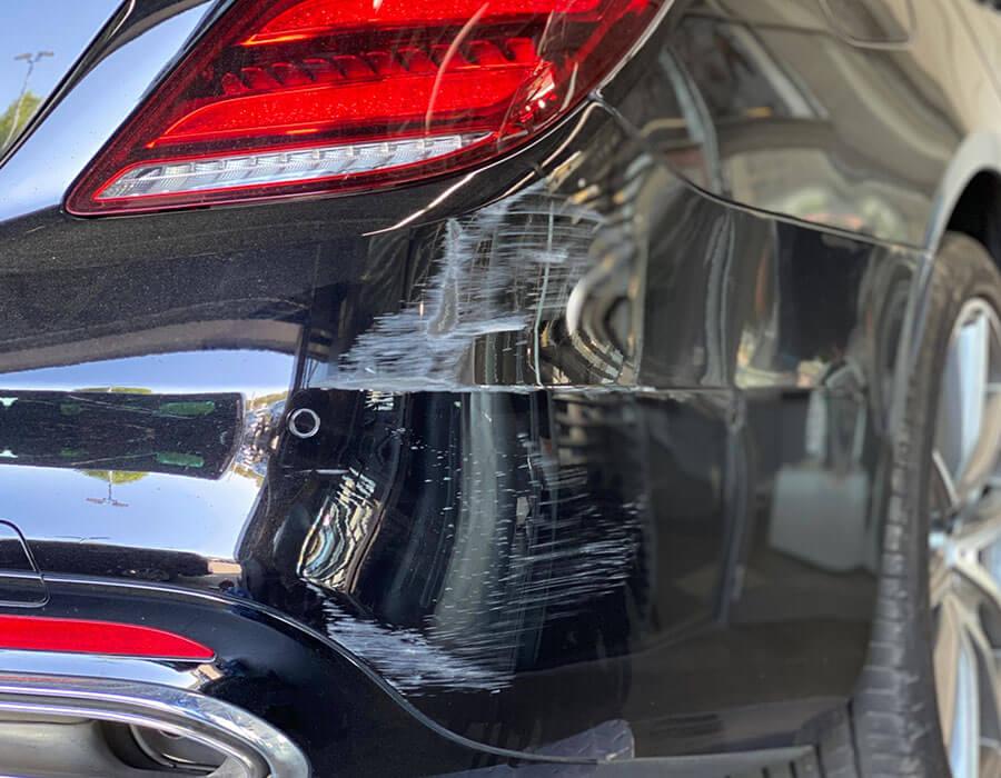 Lackkratzer auf hinterer Fahrzeugschürze -Lackdoktor in Porta Westfalica und Bielefeld-AUTO-DOC Adam Wronka
